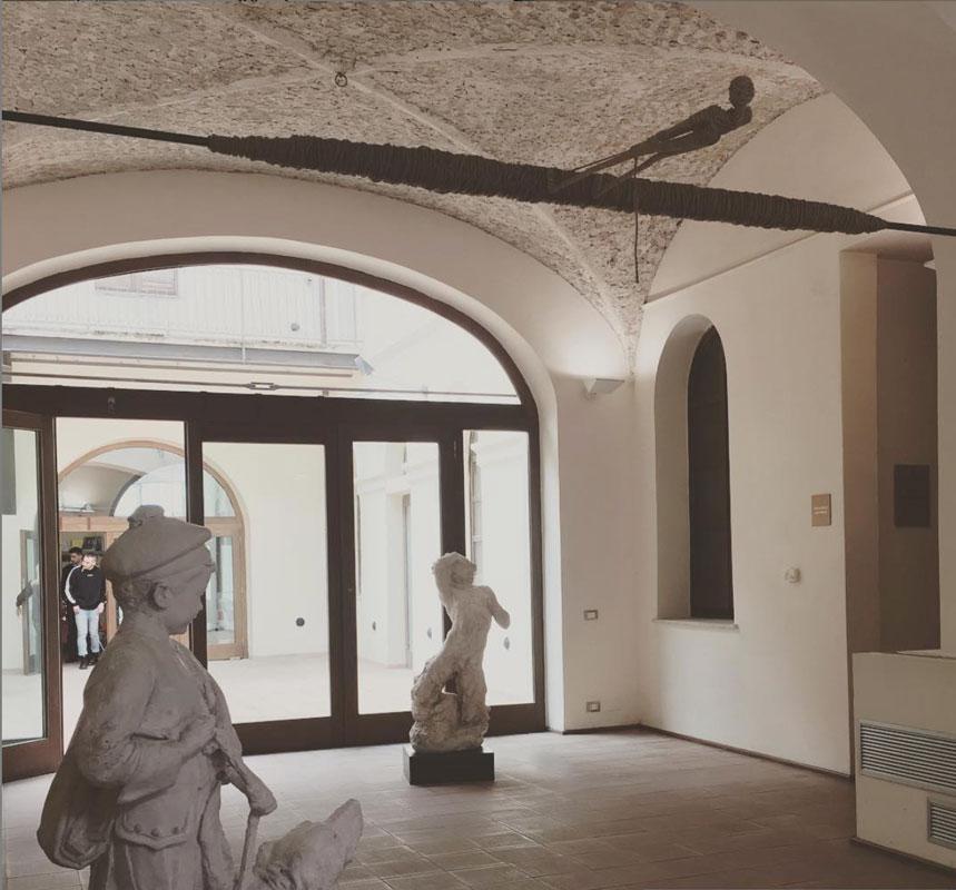 """Installazione """"Alias Nessuno"""" dell'artista Alex Pinna al MARCA di Catanzaro"""