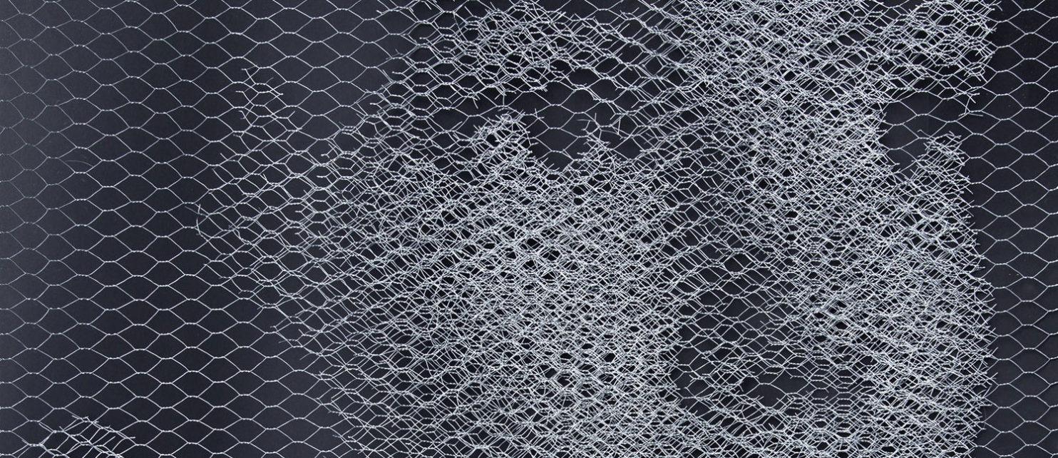 """Opera dell'artista Giorgio Tentolini rappresentante un volto di donna costruito con rete metallica, esposto nell'ambito della mostra """"Finzioni"""" per il premio Arteamcup 2016."""